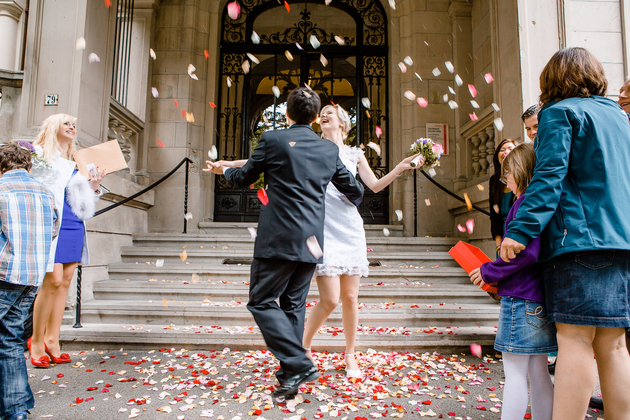 Glückliches Brautpaar nach der Standesamtlichen Trauung vor dem Bremer Standesamt