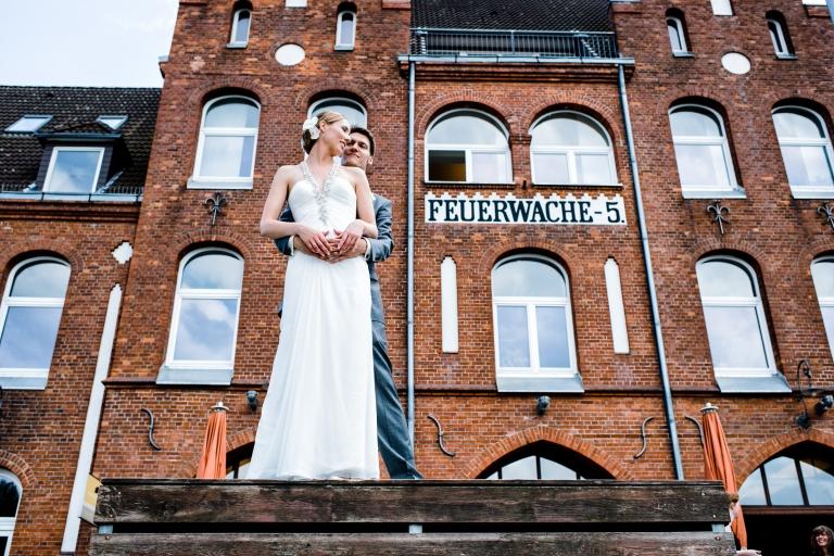 Brautpaar Shooting vor dem Restaurant Feuerwache in der Bremer Überseestadt