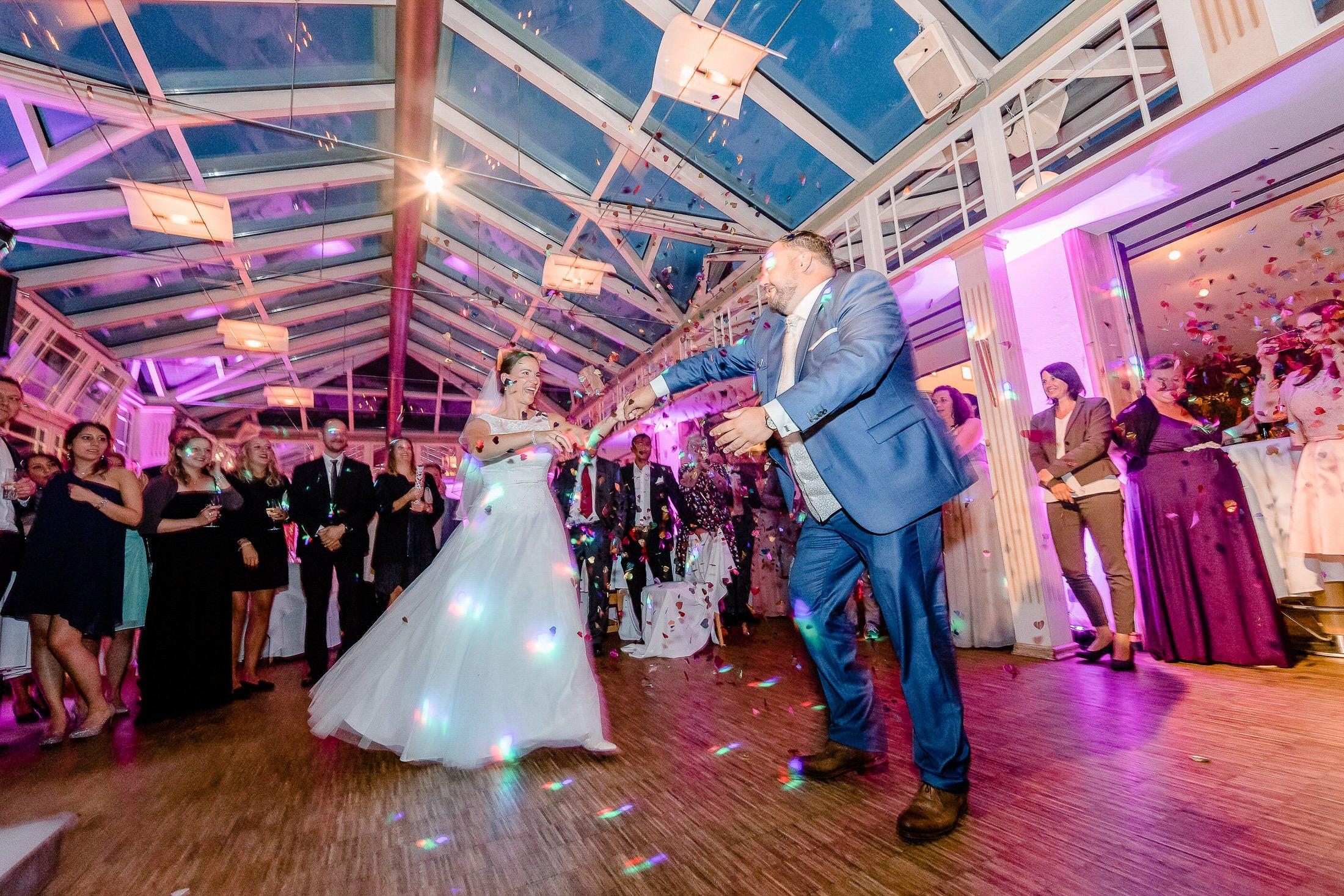 Brautpaar beim Hochzeitstanz auf der Hochzeitsfeier im Grothenns Gasthaus