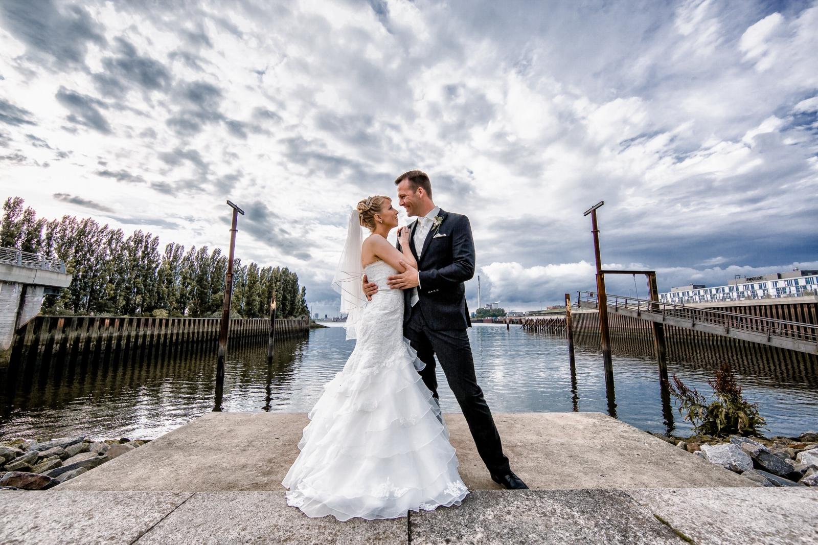 Hochzeitsfotograf Bremen - Brautpaar beim Hochzeitsshooting bei der Waterfront