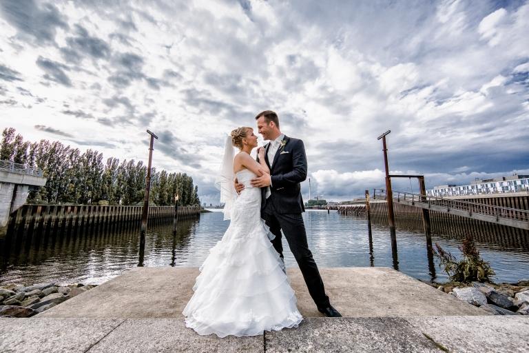 Brautpaar beim Hochzeitsshooting bei der Waterfront